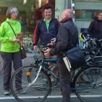 Brötchenverteilaktion als Dank an die Radfahrer